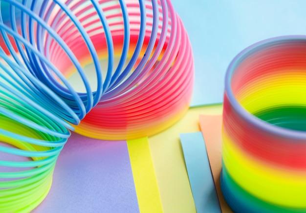 Nahaufnahme des regenbogenfrühlings-spielzeughintergrundes