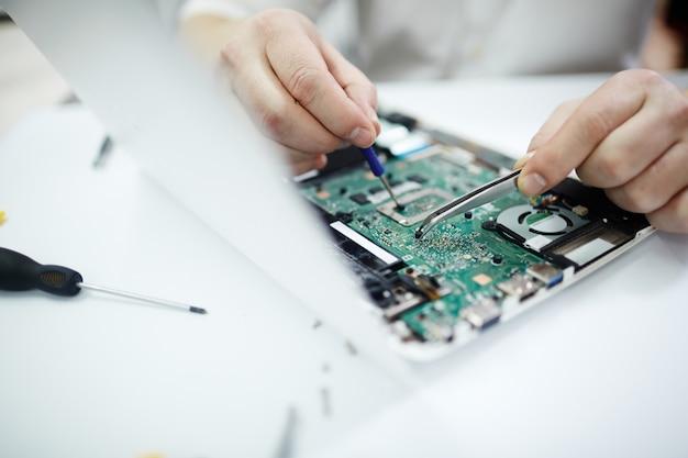 Nahaufnahme des reparierens des auseinandergebauten laptops