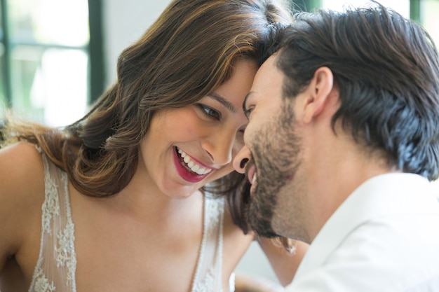 Nahaufnahme des romantischen jungen paares, das freizeit im restaurant verbringt