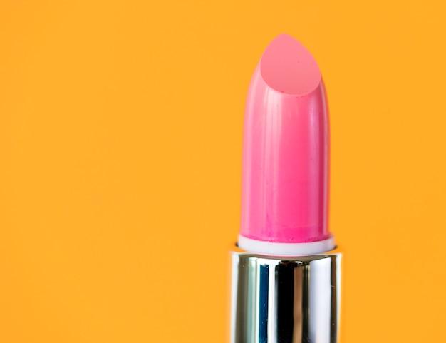 Nahaufnahme des rosafarbenen lippenstifts für frauen