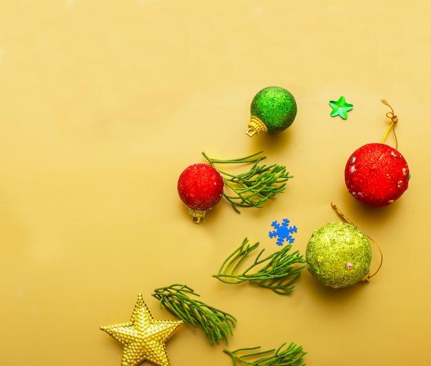 Nahaufnahme des roten flitters hängend von einem verzierten weihnachtsbaumhintergrund
