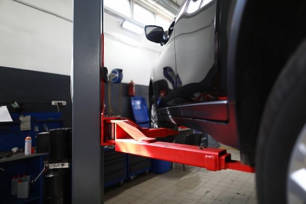 Nahaufnahme des roten säulenstands benutzt für automobile