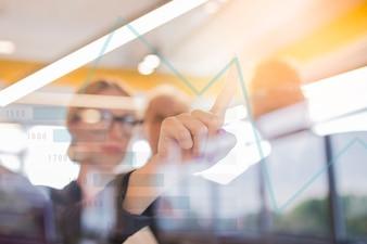 Nahaufnahme des rührenden Diagramms der Geschäftsfrau auf virtuellem Schirm