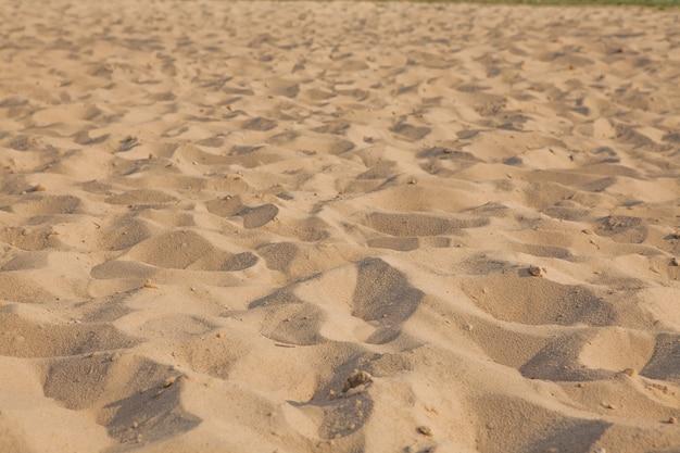 Nahaufnahme des sandmusters eines strandes im sommer.