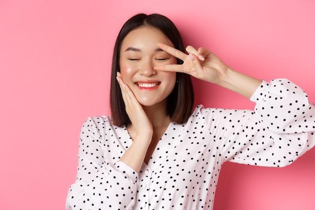 Nahaufnahme des schönen asiatischen frauenschönheitsbloggers