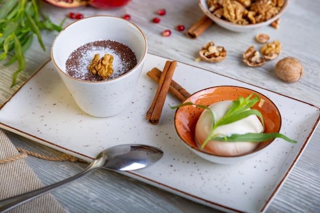 Nahaufnahme des schönen eleganten süßen nachtischs, das auf dem teller serviert wird. schöne dekoration, restaurantgericht, essfertig. teezeit, gemütliche atmosphäre.