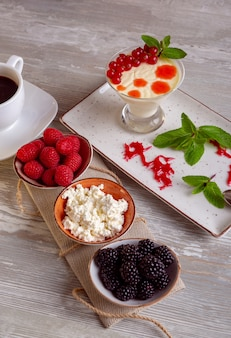 Nahaufnahme des schönen eleganten süßen nachtischs, das auf dem teller serviert wird.