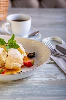 Nahaufnahme des schönen eleganten süßen nachtischs, napoleon, serviert auf dem teller. schöne dekoration, restaurantgericht, essfertig. teezeit, gemütliche atmosphäre.