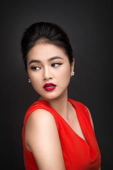Nahaufnahme des schönen sexy mädchens mit hellem make-up und roten lippen. schönheitsmode asiatische frau.