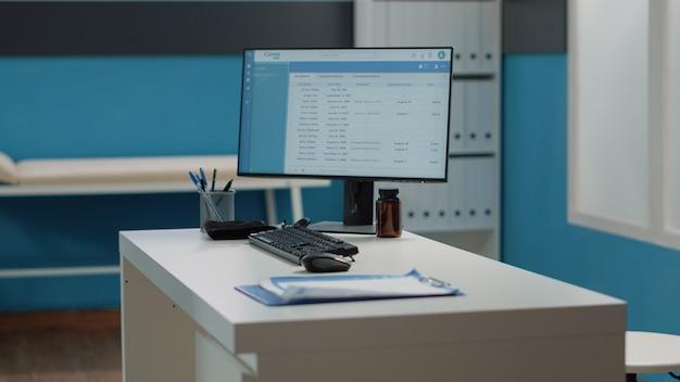 Nahaufnahme des schreibtisches mit computer und medizinischen instrumenten