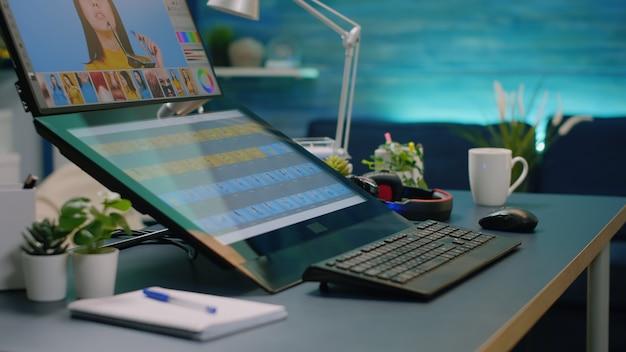 Nahaufnahme des schreibtisches mit retuschiersoftware auf dem computer