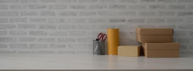 Nahaufnahme des schreibtischs der reederei mit kisten, schere und kopierraum