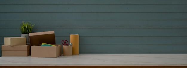Nahaufnahme des schreibtischs der reederei mit vorräten, kisten, dekoration und kopienraum