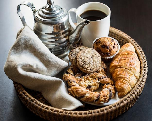Nahaufnahme des schwarzen tees mit gebackenem essen
