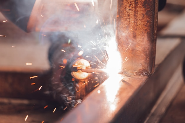 Nahaufnahme des schweißprozesses von zwei metallteilen. industrieller hintergrund.