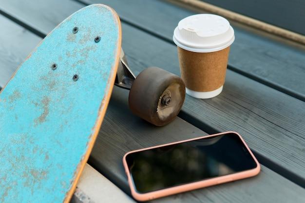 Nahaufnahme des skateboards in der stadtstadt