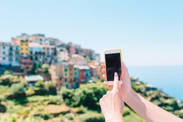Nahaufnahme des smartphonehintergrundes des alten italienischen dorfs in den mannhänden