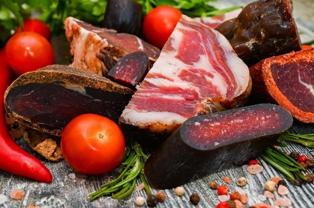 Nahaufnahme des sortierten trockengehärteten fleisches auf dem holztisch