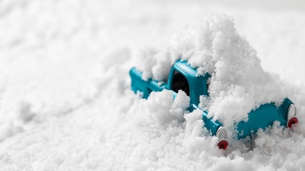 Nahaufnahme des spielzeugautos im schnee
