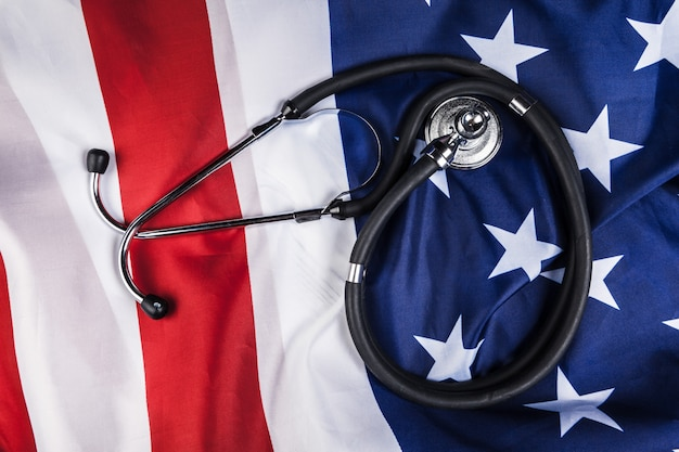 Nahaufnahme des stethoskops auf amerikanischer flagge