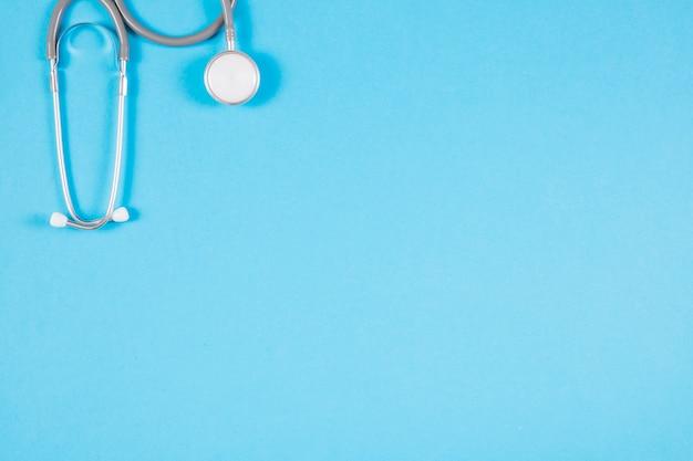 Nahaufnahme des stethoskops auf leerem blauem hintergrund