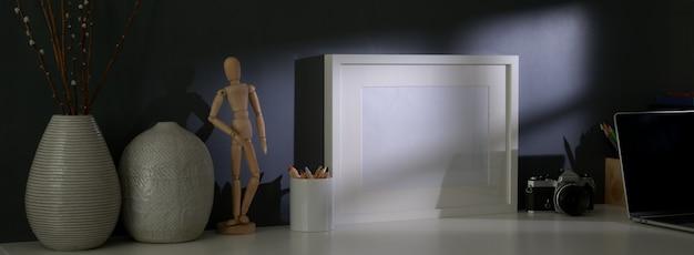 Nahaufnahme des stilvollen arbeitsbereichs mit modellrahmen, kamera, dekorationen und kopierraum