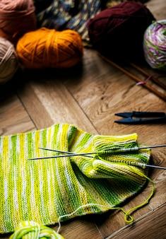 Nahaufnahme des strickens auf holztisch