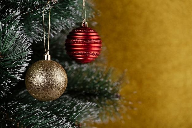 Nahaufnahme des tannenbaums verziert mit weihnachtskugeln
