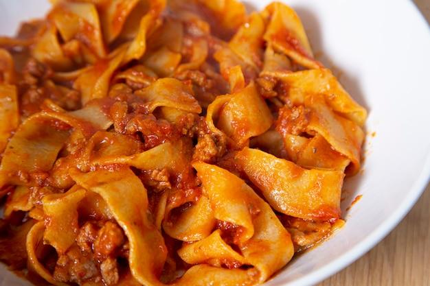 Nahaufnahme des tellers der bolognese-nudeln. mediterranes essen