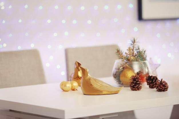 Nahaufnahme des tisches mit schönem weihnachtsdekor