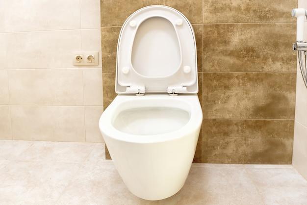 Nahaufnahme des toilettenbadezimmers mit weißem keramiksitz