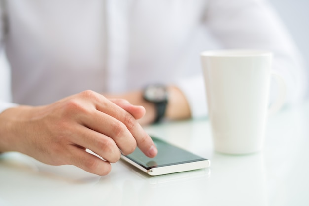 Nahaufnahme des touch screen des geschäftsmannes des smartphone