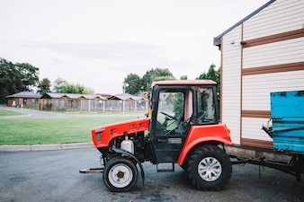 Nahaufnahme des Traktors auf dem Gebiet