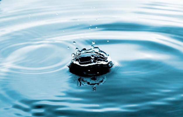 Nahaufnahme des transparenten wassertropfens auf der wasserringoberfläche, natürliches konzept.