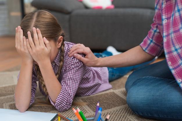 Nahaufnahme des traurigen schreienden mädchens getröstet von ihrem weiblichen psychologen