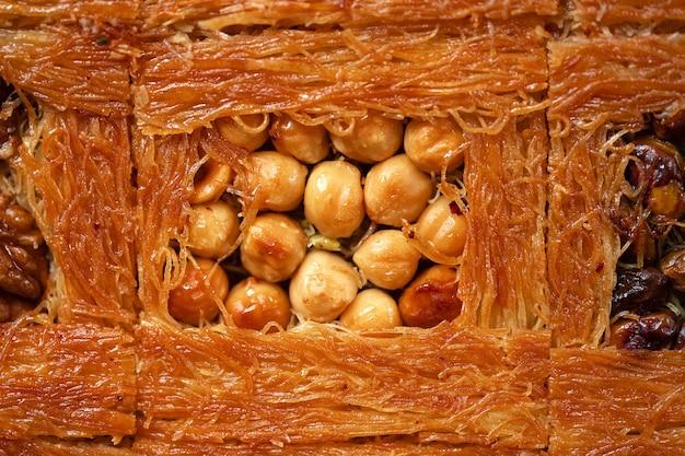 Nahaufnahme des türkischen baklava-desserts mit honig und nüssen