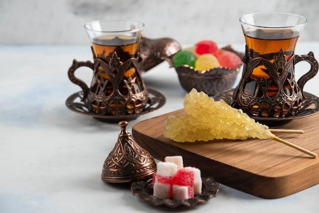 Nahaufnahme des türkischen teesets. süße bonbons und duftender tee