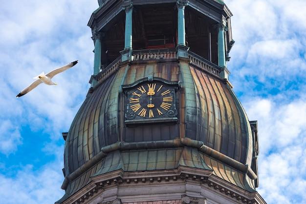 Nahaufnahme des turmes mit uhr der st. peters kirche, altstadt in riga, lettland