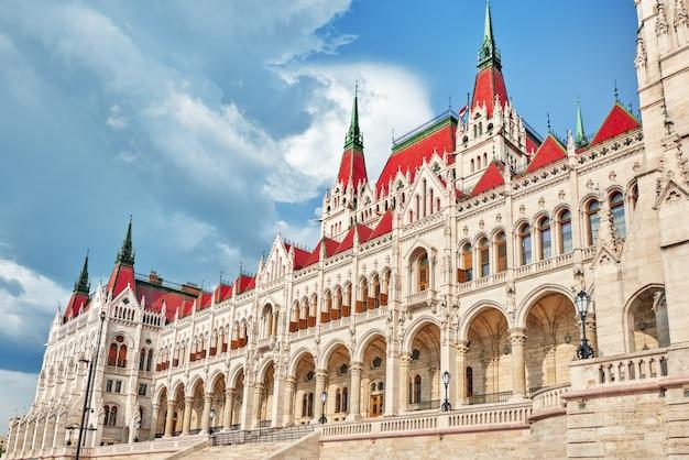 Nahaufnahme des ungarischen parlaments. budapest. eines der schönsten gebäude der ungarischen hauptstadt.