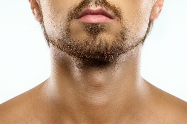 Nahaufnahme des unrasierten männergesichts mit einem ungepflegten bart
