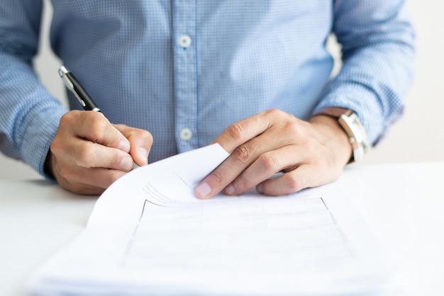 Nahaufnahme des unterzeichnenden dokuments des geschäftsmannes