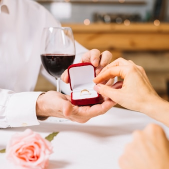Nahaufnahme des verlobungsrings