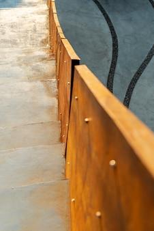 Nahaufnahme des verrosteten geländers mit weißer treppe