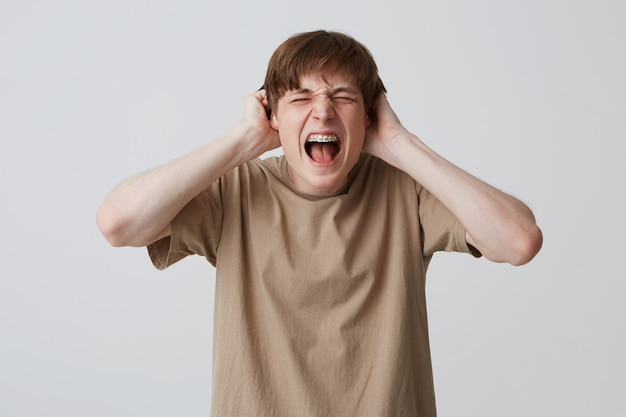 Nahaufnahme des verrückten verrückten jungen mannes mit geschlossenen augen