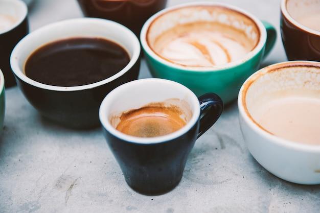 Nahaufnahme des verschiedenen heißen kaffees