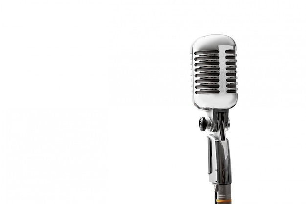Nahaufnahme des vintagen retro-mikrofons lokalisiert auf weiß