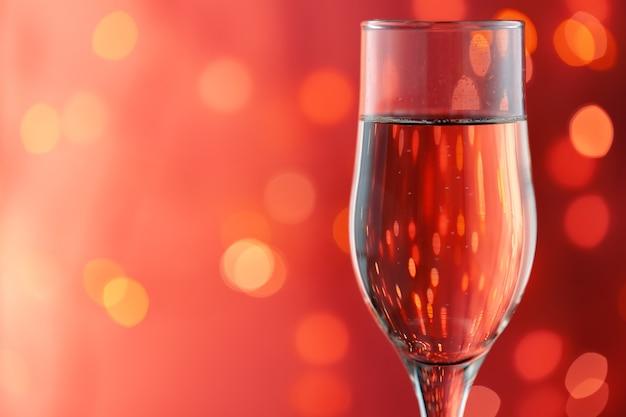Nahaufnahme des vollen champagnerglases gegen unscharfe lichter