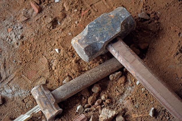 Nahaufnahme des vorschlaghammers auf der baustelle