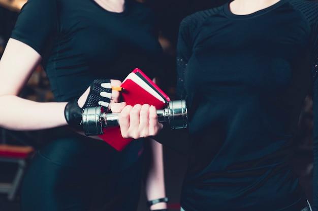 Nahaufnahme des weiblichen athleten mit trainer beim trainieren