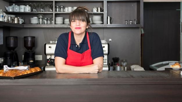 Nahaufnahme des weiblichen barrister in der kaffeestube